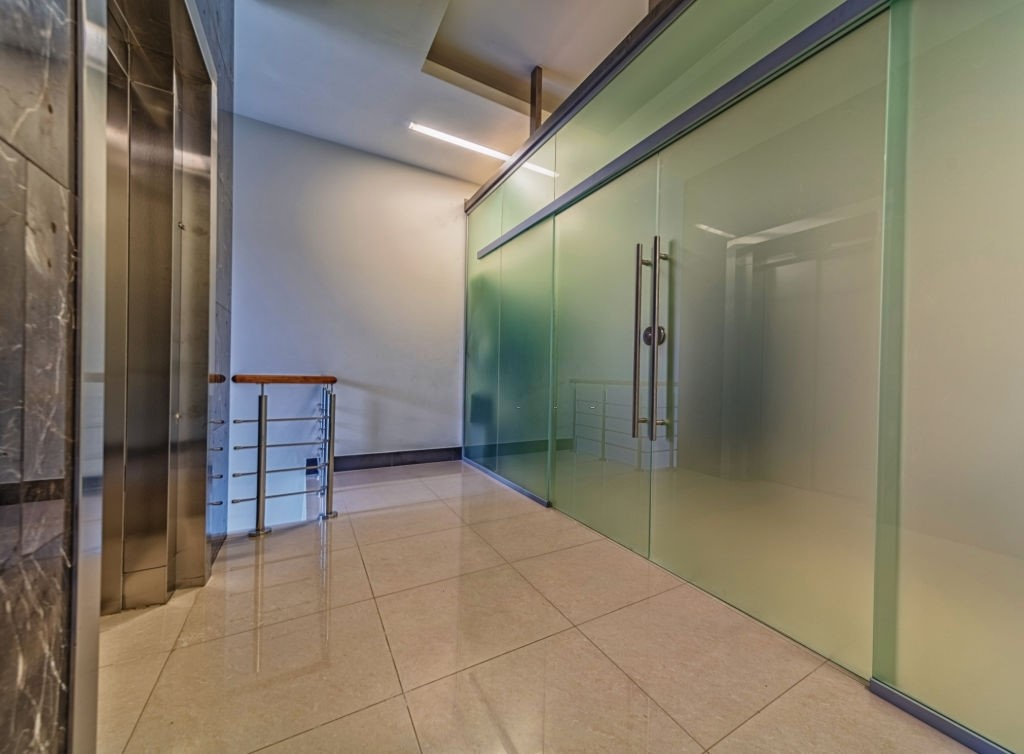 How to Incorporate Glass in Interior Décor